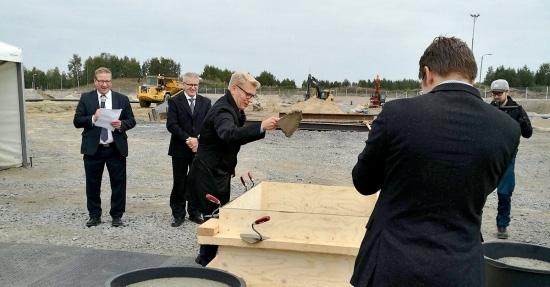 Energiaministeri Kimmo Tiilikainen muurasi Oulun Energian Laanilan biovoimalaitoksen peruskiven