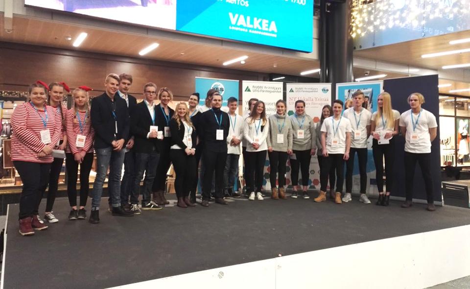 Pohjois-Pohjanmaan nuoria yrittäjiä sekä yrittäjyyskasvatuksen kehittäjiä palkittiin Kauppakeskus Valkeassa