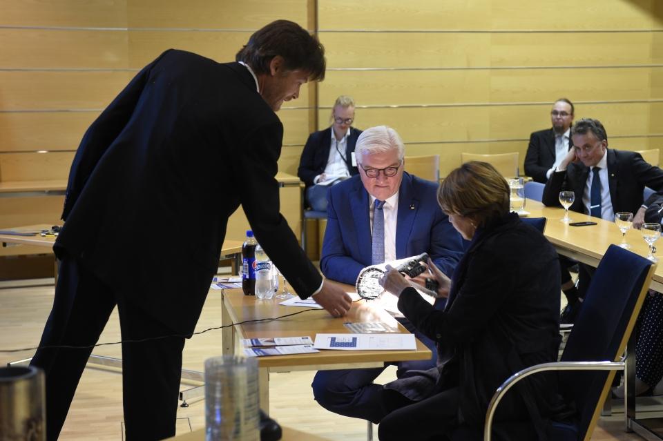 Saksan liittopresidentti Frank-Walter Steinmeier ja puolisonsa Elke Büdenbender innostuivat oululaisesta osaamisesta