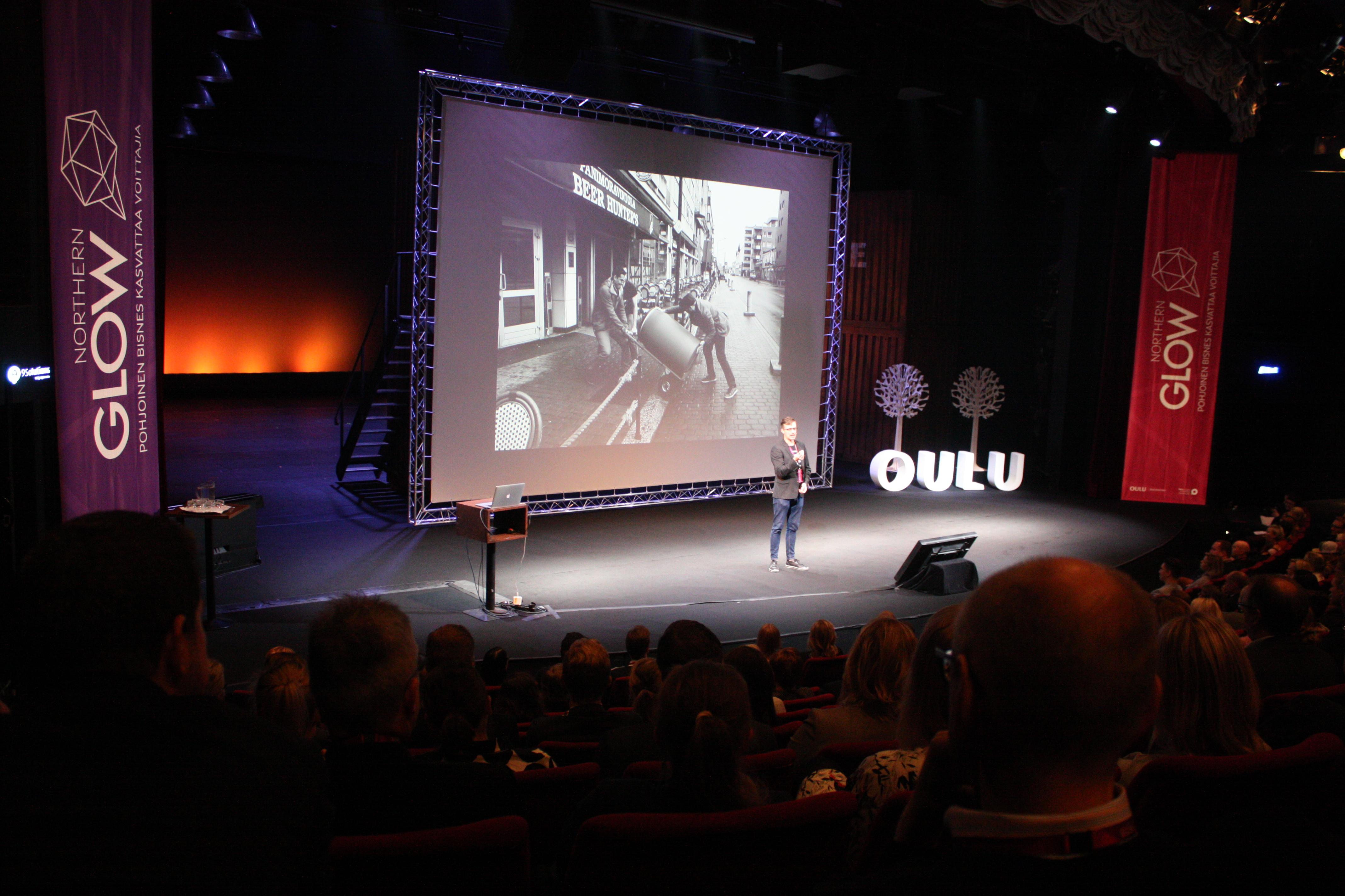 Kyrö Distilleryn Miko Heinilä kuvitti Kyrön värikästä tarinaa mustavalkoisin kuvin niin alueen kuin yhtiön historiasta. Kuva: Marko Pyhähuhta